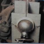поворачиваем ступицу и направляе луч света на центр шаровой опоры