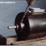 сверление отверстия в корпусе моторчика