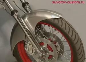 Готовое крыло примеряем на мотоцикле, а затем красим.