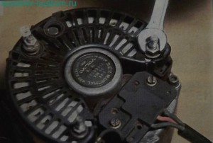 Откручиваем гайки М8 и снимаем крышку генератора.