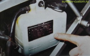 расширительный бачок системы охлаждения мотоцикла.