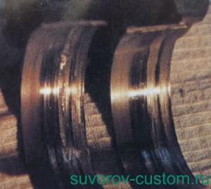 Задиры на вкладышах коленвала из-за вкрапления шариков в поверхность металла.