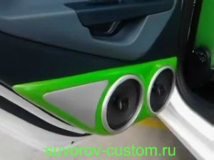 Подиум с динамиками на задней двери автомобиля.