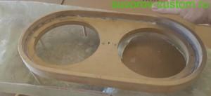 Фанерную рамку приклеиваем к основанию с помощью клея и реек.