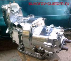 Отполированный оппозитный двигатель и коробка передач.