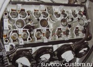 Регулировочные шайбы вынуты из впадин тарелок клапанных пружин.