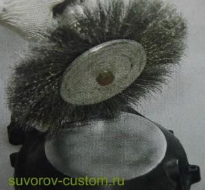 Удаление краски и крупных царапин с помощью металлической щётки.