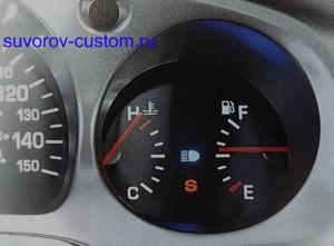 Указатель температуры слева, и указатель бензина справа.