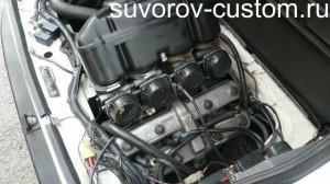 Двигатель с четырьмя карбюраторами от мотоцикла.