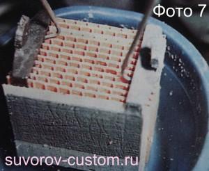 Несколько раз окунаем и промываем аккумулятор в дистиллированной воде.
