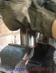 Снятие нагретого цилиндра с гильзы.