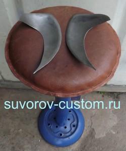 Делаем из металла две зеркально одинаковые передние боковинки бака.