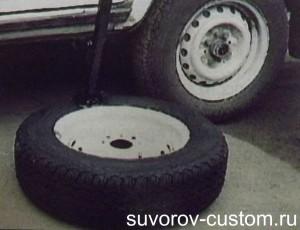 Отклеивание покрышки с помощью домкрата и веса машины.