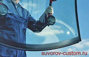 Удержание стекла с помощью присосок.
