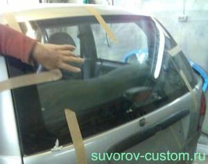 Фиксация приклеенного стекла с помощью скотча.