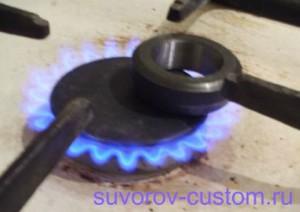 Можно нагреть кольцо на газовой плите.