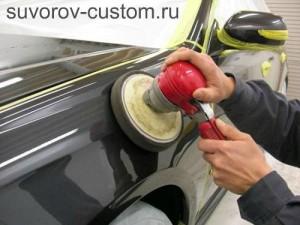 При полировке закруглённых мест кузова, следует снижать обороты и давление машинки.
