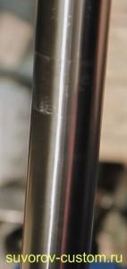 Труба ударенной вилки мотоцикла с следом от траверсы