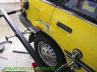 Вытяжка вмятины на кузове машины.